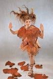 Kvinna i en orange utsmyckad dräkt, mode, studio arkivfoton