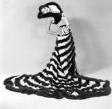 Kvinna i en ovanlig klänning med band av päls (alla visade personer inte är längre uppehälle, och inget gods finns Leverantörwarr Fotografering för Bildbyråer