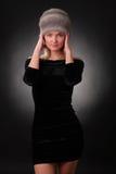 Kvinna i en pälshatt Royaltyfria Bilder