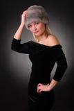 Kvinna i en pälshatt Arkivfoto