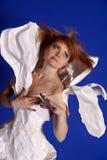Kvinna i en pappers- klänning fotografering för bildbyråer