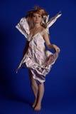 Kvinna i en pappers- klänning royaltyfria bilder