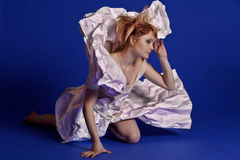 Kvinna i en pappers- klänning arkivbilder