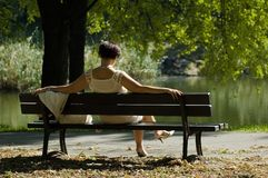 Kvinna i en parkera royaltyfri bild