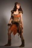 Kvinna i en pälsdräkt av amazonen Royaltyfri Foto