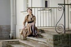 Kvinna i en retro stil i staden Arkivbild