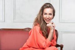 Kvinna i en rosa klänning Fotografering för Bildbyråer
