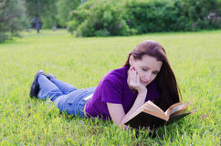 Kvinna i en sommarpark Arkivfoton