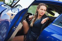 Kvinna i en sportbil Royaltyfri Fotografi