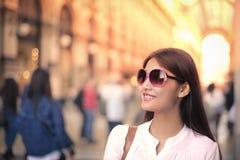 Kvinna i en stad royaltyfria bilder