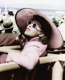 Kvinna i en stor solhatt och solexponeringsglas (alla visade personer inte är längre uppehälle, och inget gods finns Leverantörga Royaltyfria Bilder