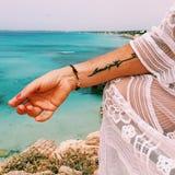 Kvinna i en strand Arkivfoto