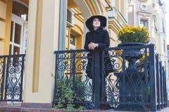 Kvinna i en svart hatt Royaltyfri Bild