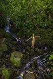Kvinna i en tropisk skog Arkivfoto