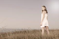 Kvinna i en vit klänning arkivbilder