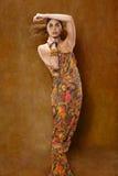 Kvinna i etnisk klänning arkivbild