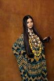Kvinna i etnisk klänning arkivbilder
