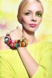 Kvinna i ett färgrikt smink Arkivfoto
