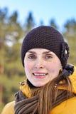 Kvinna i ett gult omslag och en brun hatt Fotografering för Bildbyråer