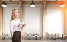 Kvinna i ett kafé med tre affischer Royaltyfri Fotografi