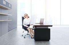 Kvinna i ett kontor Royaltyfria Foton