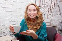 Kvinna i ett litet kafé Royaltyfri Foto