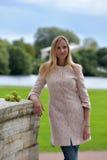 kvinna i ett ljust beige lag Fotografering för Bildbyråer
