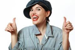 Kvinna i ett lock och en skjorta denim Arkivfoto