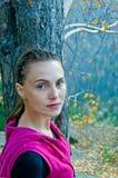 Kvinna i ett rött sportomslag Royaltyfri Fotografi