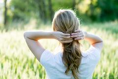 Kvinna i ett sommarlikt fält arkivfoto