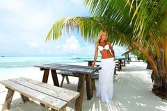 Kvinna i ett tropiskt kafé royaltyfri foto