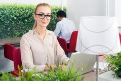 Kvinna i ett varmt skrivbordkontor Royaltyfria Bilder