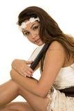Kvinna i ett vitt klänningslut med en allvarlig bokblick royaltyfria foton