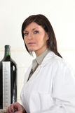 Kvinna i ett winelaboratorium Royaltyfri Fotografi