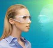 Kvinna i exponeringsglas 3d med hologrammet Arkivbilder