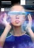 Kvinna i exponeringsglas för virtuell verklighet 3d med diagram Fotografering för Bildbyråer