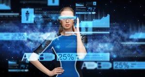 Kvinna i exponeringsglas för virtuell verklighet 3d med diagram Arkivbild