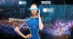 Kvinna i exponeringsglas för virtuell verklighet 3d med diagram Royaltyfri Bild