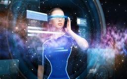 Kvinna i exponeringsglas för virtuell verklighet 3d med diagram Royaltyfri Foto
