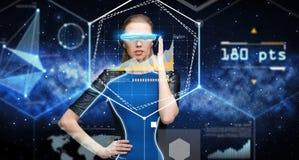 Kvinna i exponeringsglas för virtuell verklighet 3d med diagram Royaltyfria Foton
