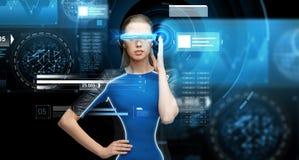 Kvinna i exponeringsglas för virtuell verklighet 3d med diagram Arkivfoto