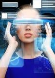 Kvinna i exponeringsglas för virtuell verklighet 3d med diagram Royaltyfria Bilder