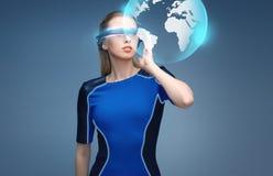 Kvinna i exponeringsglas för virtuell verklighet 3d med jord Arkivfoton