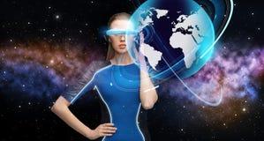 Kvinna i exponeringsglas för virtuell verklighet 3d med jord Royaltyfri Fotografi