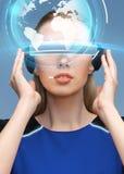 Kvinna i exponeringsglas för virtuell verklighet 3d med jord Royaltyfria Foton
