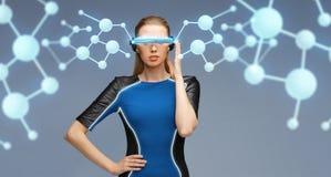 Kvinna i exponeringsglas för virtuell verklighet 3d med molekylar Fotografering för Bildbyråer