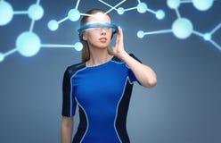 Kvinna i exponeringsglas för virtuell verklighet 3d med molekylar Royaltyfri Bild