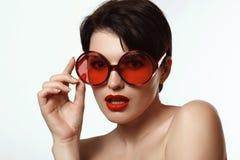 Kvinna i exponeringsglas med röda linser Royaltyfri Fotografi