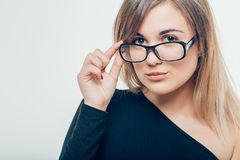 Kvinna i exponeringsglas, kvinna på en grå bakgrund Arkivbild