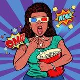 Kvinna i exponeringsglas som 3d håller ögonen på en läskig film och äter popcorn Arkivbild